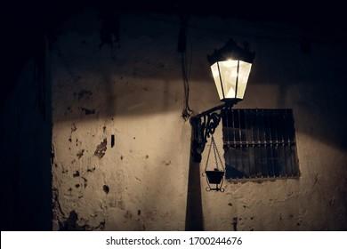 Linterna en una casa de pueblo