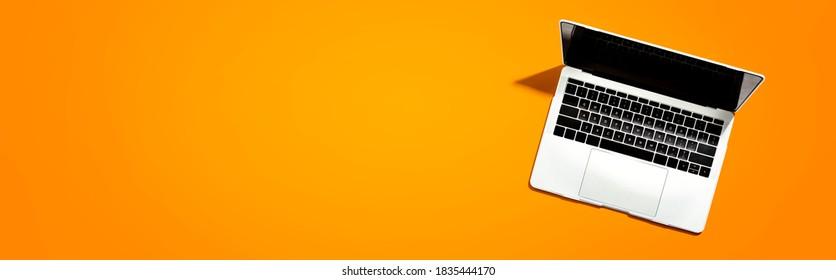 Laptop-Computer mit Schatten von oben - Draufsicht