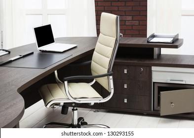 Laptop auf einem Schreibtisch in einem modernen Büro