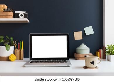 Laptop auf einem Schreibtisch. WorkSpace, trendiger, kreativer Arbeitsplatz.