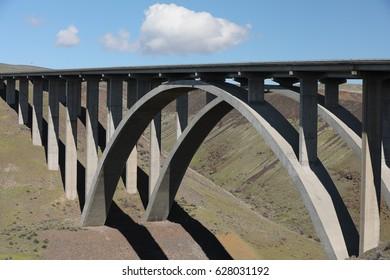 large bridge into the city of Yakamia US.A.