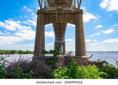 Grand pont en robinet sur l'autoroute Interstate 10 au-dessus de la rivière Calcasieu en Louisiane.