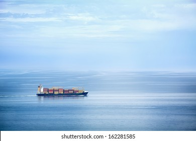 Großes Containerschiff im offenen Meer