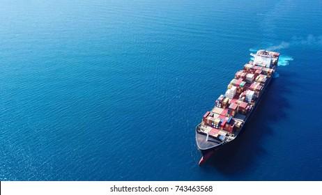 大きなコンテナ船(海上) – 航空画像