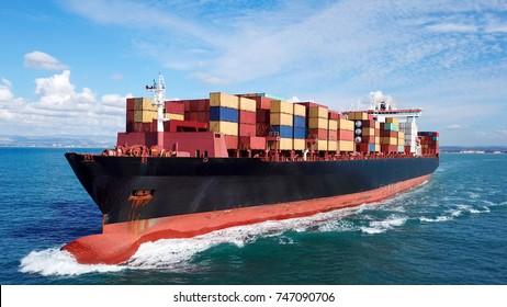 大きなコンテナ船(海中) – 上下の航空画像