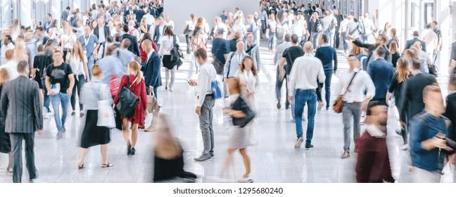 große Menschenmenge an anonymen unscharfen Menschen
