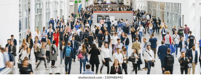 große Menschenmenge anonymer unscharfer Menschen in London