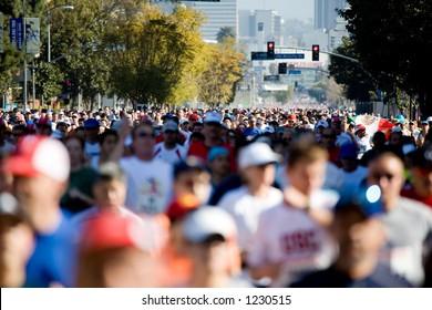 Large crowd of people running in the 2006 LA Marathon.