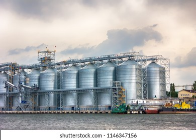 large grain terminal in the river port. Capacity and storage of grain. Transportation of agricultural products.