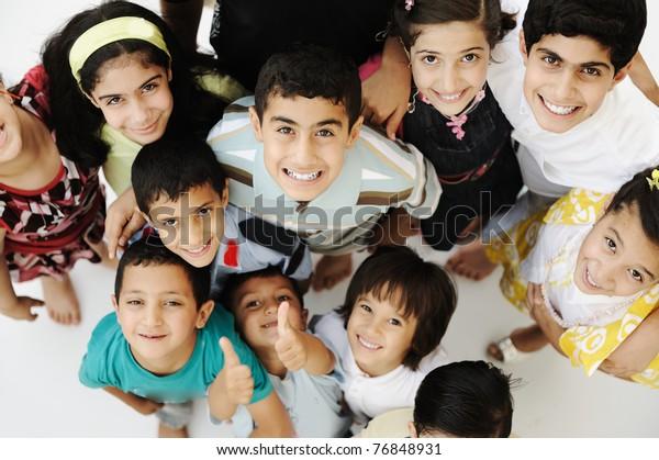 Große Gruppe glücklicher Kinder, unterschiedliches Alter und Rennen, Menschenmenge
