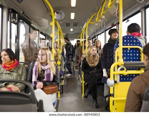 Grand groupe de personnes voyageant en bus