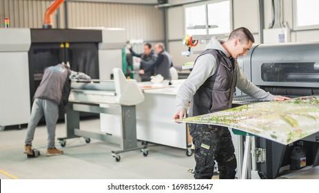Große Gruppe von Maschinenfachtechniker-Bediener arbeitet in der digitalen Druckpresserhalle und Druckerei mit vielen verschiedenen Arten von Maschinen