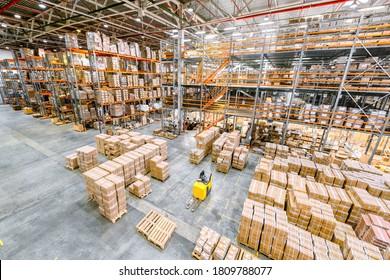 Großindustrielles Lager. Viele Kartons stehen auf einem Ladedock.