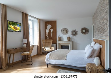 Large modern Bed and breakfast room
