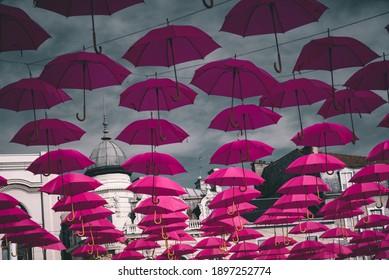 Un grand nombre de parapluies accrochés sur la place Clemenceau, à Pau.