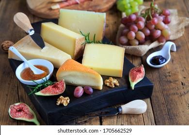 große Auswahl an Käse auf Holzbrett
