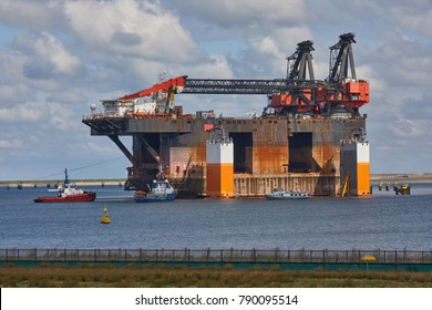 Large semi submersible cran vessel (sscv) with tow boats