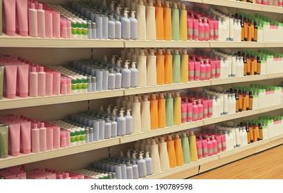 Gran estantería dentro de la tienda con productos cosméticos