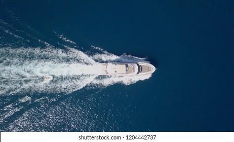地中海を駆け抜ける大きなスピードボート – トップダウン航空画像。