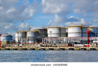 Large storage tanks for natural gas and other fuel