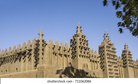 The largest mud structure in the world was first built in 1907, Djenné, Mali