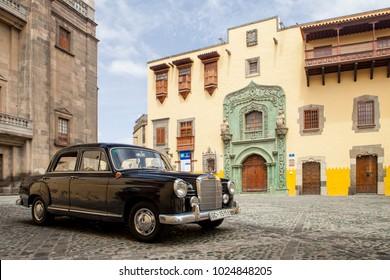 LAS PALMAS, GRAN CANARIA - AUGUST 25, 2012: Old Mercedes_Benz in front of the Casa de Colon