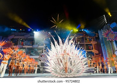 LAS PALMAS ,SPAIN-FEBRUARY 20: Queen Laura Medina(m) and Comparsa Araguime, all from Canary Islands, perform during Gran Gala on February 20, 2012 in Las Palmas, Spain