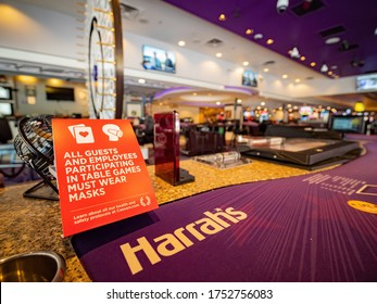 Las Vegas, JUN 8, 2020 - Guest and employees played in table games require wear masks notice