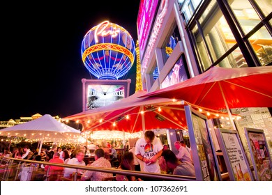 LAS VEGAS, NEVADA - MAY 6:  Diners on the world famous Las Vegas Strip on May 6, 2012. Stretching 4.2 miles, the Strip is home to the largest hotels, casinos and restaurants in the world.