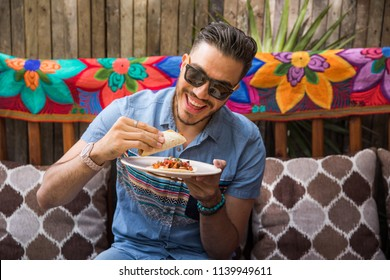 Homem latino viajando em Tulum, México.