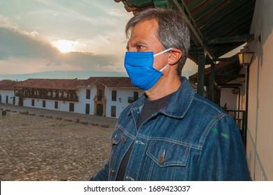 El hombre de la etnia latina usa máscaras faciales para prevenir la propagación de enfermedades causadas por el coronavirus covid-19 en la plaza principal Villa de Leyva Boyacá Colombia totalmente sola debido a la cuarentena.