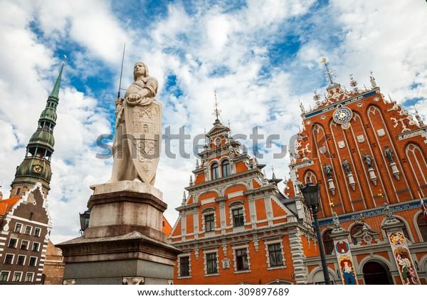 Attraction lettonne - maison des Noirs, sculpture de l'église Saint Roland et Saint Peters dans la vieille ville de Riga, Lettonie