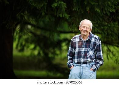 80-jähriger älterer Mann außerhalb des 80-jährigen