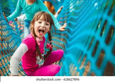 Lachen Mädchen lügt auf blauem Netz