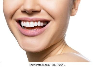Rindo boca mulher com grandes dentes sobre fundo branco. Sorriso feminino bonito e saudável. Saúde dos dentes, clareamento, próteses e cuidados.