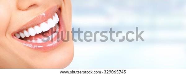 Lachen Mund mit großartigen Zähnen auf blauem Hintergrund.