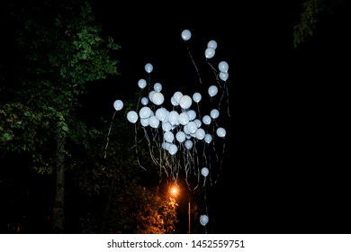 Launch white balloons in the sky