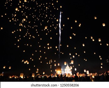 Launching floating lanterns Yeepeng Festival in Chiangmai city Thailand. Date 20/11/18 21:00 pm. /balloon.