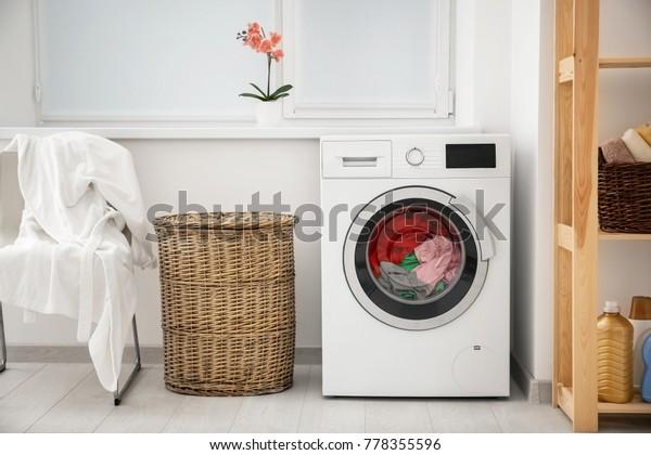 洗濯機とかごの中の洗濯物
