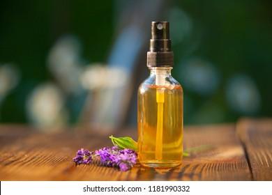 Lavendel-ätherisches Öl in einer schönen Flasche auf dem Tisch
