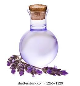Lavendel Kräuterblütenwasser in einer Glasflasche mit Blumen, einzeln auf weißem Hintergrund.
