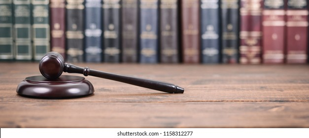 Recht und Gerechtigkeit, Legalität Konzept, Richter Gavel auf Holzhintergrund, Konzept der Bibliothek Recht.