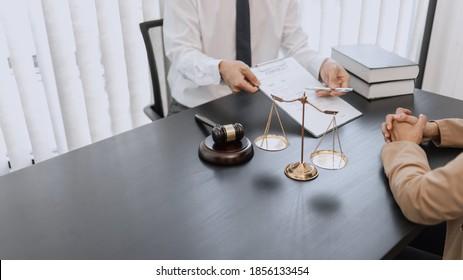 Rechtsanwalt und Mandanten-Verhandlungen in Rechtsberatung.