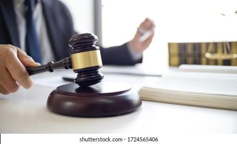 Beratung von Rechtsanwälten mit Mandanten, die über den Vertrag diskutieren.