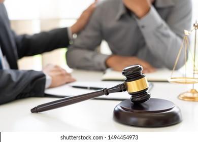 Rechtsanwalt, der eine Lösung für seine Mandanten gefunden und Trost-und Trost-Treuen-Lösung für seine Mandanten bieten Rechtsberatung und Vertrauen Verpflichtung schwer für Problem, Justiz und Rechtsanwalt Konzept
