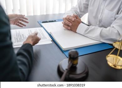 Rechtsanwalt mit Gerichtsverhandlung mit Klient-Gespräch mit Vertrag Vertrag vor Gericht.