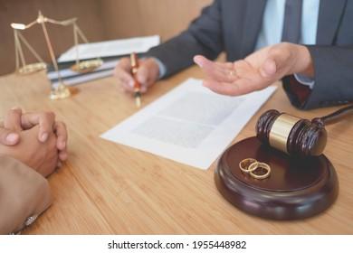 Rechtsanwalt, der sich auf die Unterzeichnung eines Vertrags vorbereitet, der Dokumente in der Sitzung liest.