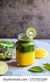 Mangue fraîche, épinards, kiwi et smoothie de chaux