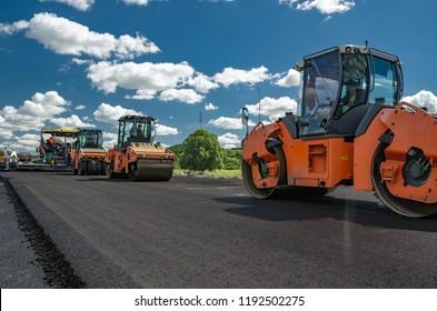 Einen neuen Asphalt auf die Straße legen. Bau der Straße.