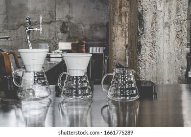 Disposition dans un style loft aux couleurs sombres espace ouvert vue sur divers cafés
